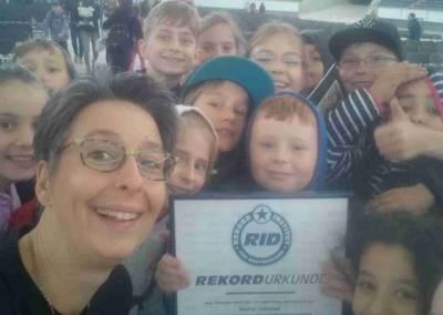 Eva mit Urkunde und Kids_1